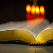 heilige-bijbel-en-kaarsen-47047284